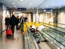 Сцена авиапорта с работниками от дорожки ThyssenKrupp moving Стоковая Фотография