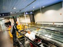 Сцена авиапорта с работниками от дорожки ThyssenKrupp moving Стоковое Фото
