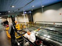 Сцена авиапорта с работниками от команды w дорожки Schindler moving Стоковые Фотографии RF