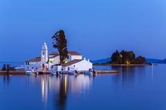 Сцена вечера монастыря Vlacherna и острова Pontikonisi, Kan Стоковые Фото