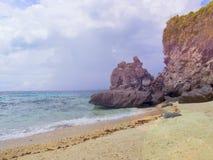 Сцена взморья с горой Морская вода Aqua голубая и желтый песок приставают к берегу Стоковые Изображения