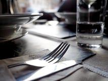 Сцена, вилка и нож ресторана на чистой таблице стоковые фотографии rf