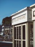 Сцена винтажного стиля переговорной будки внешняя городская Стоковые Изображения RF