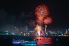 Сцена городского пейзажа пляжа Паттайя фейерверков международная красочная вечером для рекламирует путешествовать праздник событи стоковое фото rf