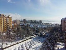 Сцена города с автомобилями снега стоковая фотография rf