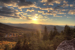 Сцена горы захода солнца стоковое фото rf