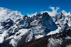 Сцена гребня горы осмотренная от пропуска Renjo в Гималаи Стоковое фото RF