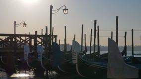 Сцена дока Венеции с гондолами причаленными около пристани видеоматериал