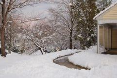 Сцена дома и двора зимы покрытая со снегом стоковые изображения rf