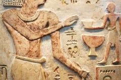 Сцена древнего египета Покрашенное иероглифическое резное изображение на стене Древний египет настенных росписей стоковые фотографии rf