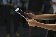 Сцена женских рук держа таблетку Стоковое Изображение RF