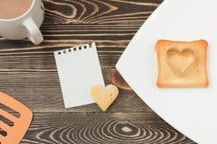 Сцена завтрака с здравицей, чашкой на деревянном столе Стоковая Фотография RF