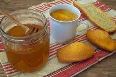 Сцена завтрака с coffe, хлебом, плодоовощами и тортом на деревенской таблице Стоковое Фото
