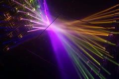 Сцена загоренная лучами фар multicolor света стоковые фото