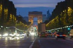 Сцена захода солнца в городе Парижа Фото долгой выдержки уличного движения около Триумфальной Арки стоковые изображения rf
