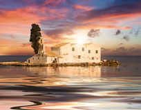 Сцена захода солнца монастыря Vlacherna, Kanoni, Корфу Стоковая Фотография