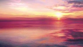 Сцена захода солнца с затишьем моря и солнце понижаются за облаками в предпосылке, теплом красочном небе акции видеоматериалы