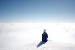 Сцена зимы: мечтать одна девушка на верхней части горы Скопируйте космос на верхней стороне Стоковая Фотография