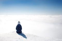 Сцена зимы: мечтать одна девушка на верхней части горы Скопируйте космос на верхней стороне Стоковые Фотографии RF