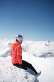 Сцена зимы: мечтать одна девушка на верхней части горы Скопируйте космос на верхней стороне Стоковое Изображение RF