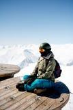 Сцена зимы: мечтать одна девушка на верхней части горы Скопируйте космос на верхней стороне Стоковое Фото