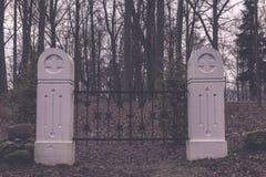 сцена зимы сельская с стробами снега и кладбища - годом сбора винограда ретро Стоковые Фото