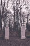 сцена зимы сельская с стробами снега и кладбища - годом сбора винограда ретро Стоковое Фото