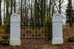 сцена зимы сельская с стробами снега и кладбища Стоковая Фотография RF