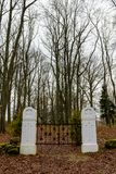 сцена зимы сельская с стробами снега и кладбища Стоковые Фотографии RF