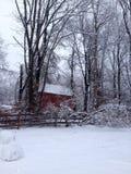Сцена зимы с сараем красного цвета Стоковые Изображения
