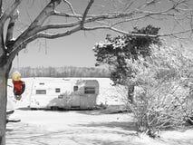 Сцена зимы с трейлером и девушкой на качании стоковая фотография