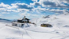 Сцена зимы шале горы Стоковые Фото