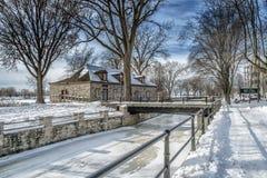 Сцена зимы Snowy реки Стоковая Фотография