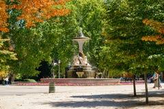 Сцена лета с фонтаном на Parque del Buen Retiro в Мадриде Стоковая Фотография RF
