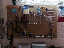 Сцена мастерской Инструменты на таблице и доске стоковые фотографии rf