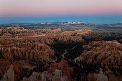 Сцена на национальном парке каньона Bryce на заходе солнца в зиме стоковые изображения