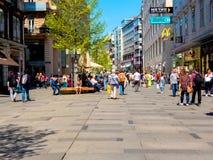 Сцена на пешеходной улице в вене стоковая фотография