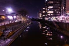 Сцена ночи баржей на грандиозном канале соединения в Hayes Harlington Стоковая Фотография RF