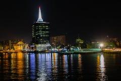Сцена ночи вертодрома Caverton и городского административного центра возвышается остров Виктория, Лагос Нигерия стоковая фотография rf
