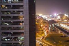 Сцена ночи в городе Дубай стоковое фото rf