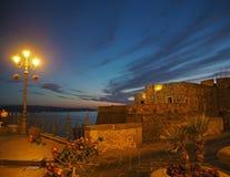 Сцена ночи в городе Pizzo, Calbria, Италии - виде на море крепости внутри стоковое изображение