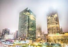 Сцена ночи горизонта города Шарлотты в тумане Стоковые Изображения RF