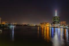 Сцена ночи городского административного центра возвышается остров Виктория, Лагос Нигерия стоковые изображения rf