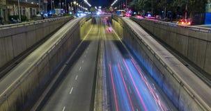 Сцена ночи городского движения Промежуток времени - влияние следа - долгая выдержка - 4K (09) видеоматериал