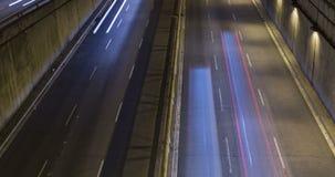 Сцена ночи городского движения Промежуток времени - влияние следа - долгая выдержка - 4K (04) видеоматериал