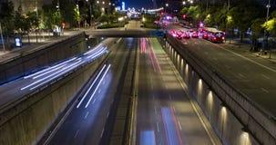 Сцена ночи городского движения Промежуток времени - влияние следа - долгая выдержка - 4K (02) сток-видео
