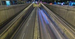 Сцена ночи городского движения Промежуток времени - влияние следа - долгая выдержка - 4K (07) акции видеоматериалы