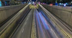 Сцена ночи городского движения Промежуток времени - влияние следа - долгая выдержка - 4K (08) видеоматериал