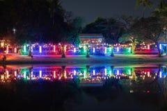 Сцена ночи загоренных ночных клубов города берега реки Стоковые Фотографии RF
