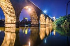 Сцена ночи каменного моста стоковое фото rf